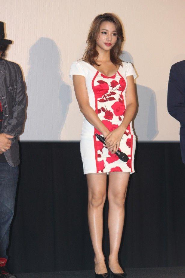 【写真を見る】高橋メアリージュンはセクシーなドレスで美脚をアピール