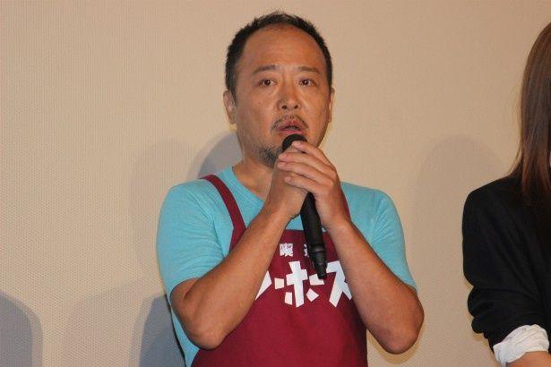喫茶店マスター、永野輝光役のマキタスポーツ