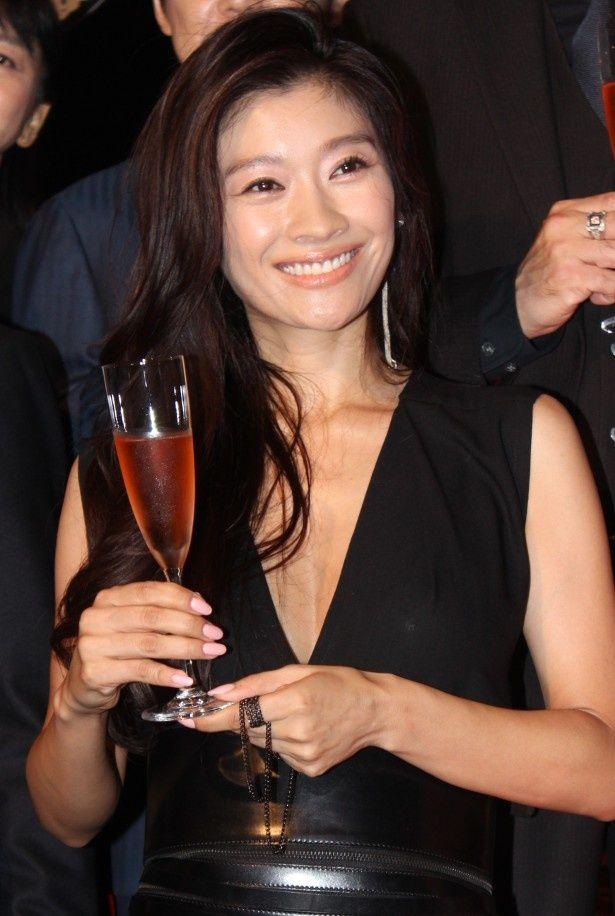 『アンフェア the end』の舞台挨拶に登壇した篠原涼子