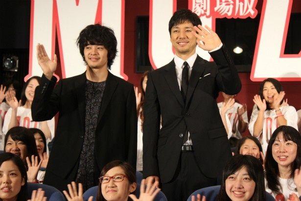 笑顔で手を振る2人