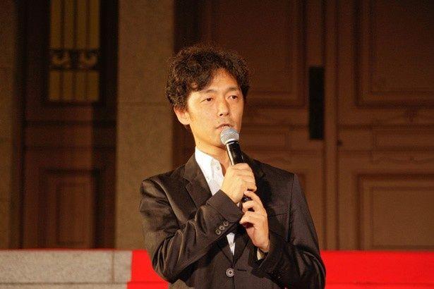 大阪府立中之島図書館で行われた公開記念イベントに、岡田と共に登場した佐藤信介監督