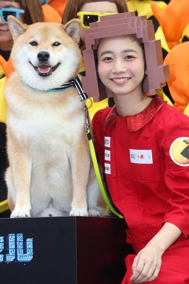 『ピクセル』の日本語版主題歌を歌う三戸なつめと人気犬のまる