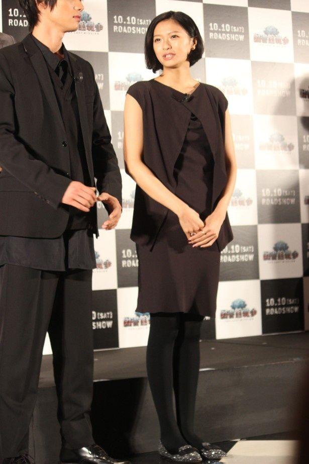 【写真を見る】榮倉奈々のすらりの伸びた脚線美に注目