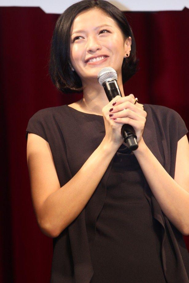 榮倉奈々、大胆な背中ぱっくりドレスで登壇