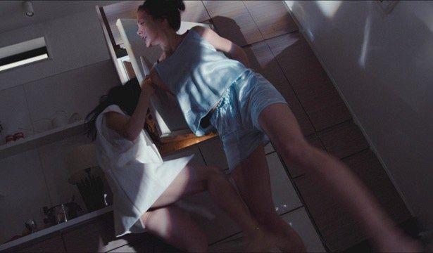 冷蔵庫のドアで福島リラに強烈な一撃を食らわせる土屋アンナ