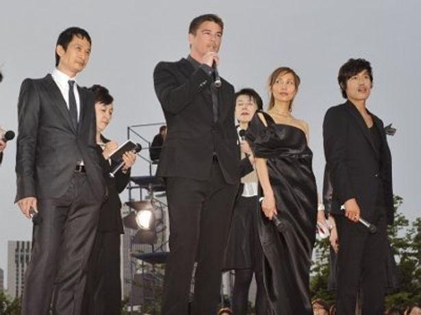 左から:トラン・アン・ユン監督、ジョシュ・ハートネット、トラン・ヌー・イェン・ケー、イ・ビョンホン