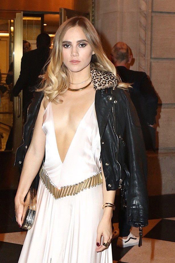 胸元が深く開いたドレスを着て登場したモデルのスキ・ウォーターハウス