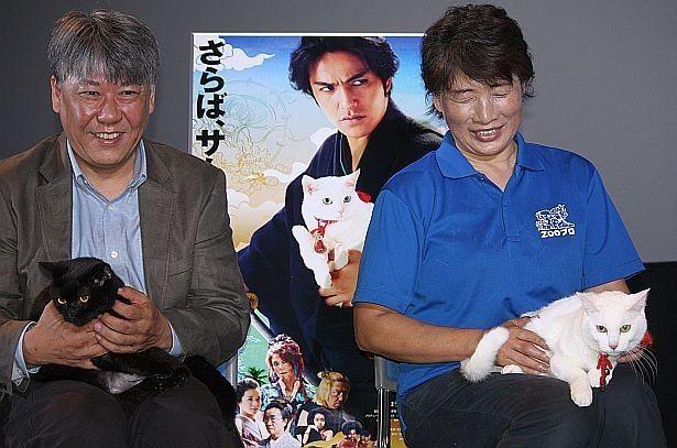 話題沸騰中の猫・玉之丞(若さくら・右)と、恋人役のヤムヤム(ジャック)が登場!