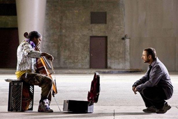 路上で暮らす孤独なソリストがコラムニストと出会う