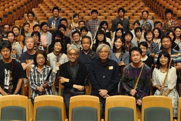 『母と暮せば』音楽のレコーディングに参加した坂本龍一と山田洋次監督