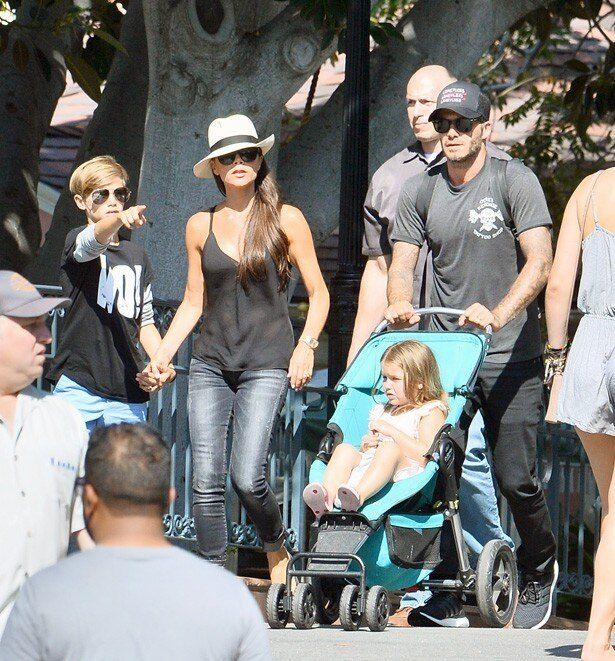 【写真を見る】8月には家族そろってディズニーランドを訪れていた