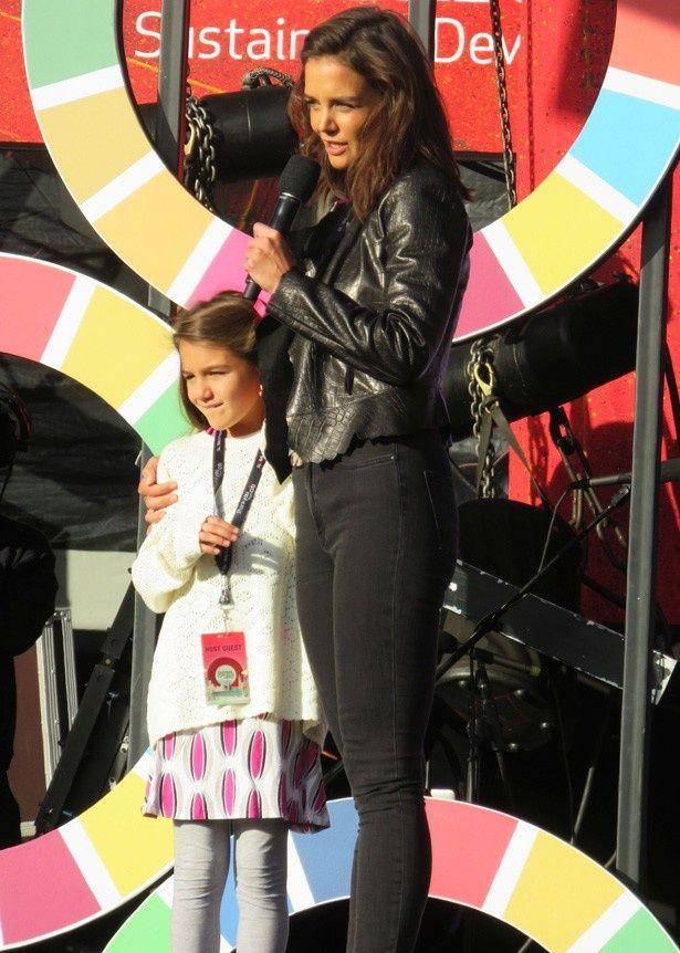 【写真を見る】母ケイティ・ホームズと一緒にステージに登壇。ちょっと緊張している?
