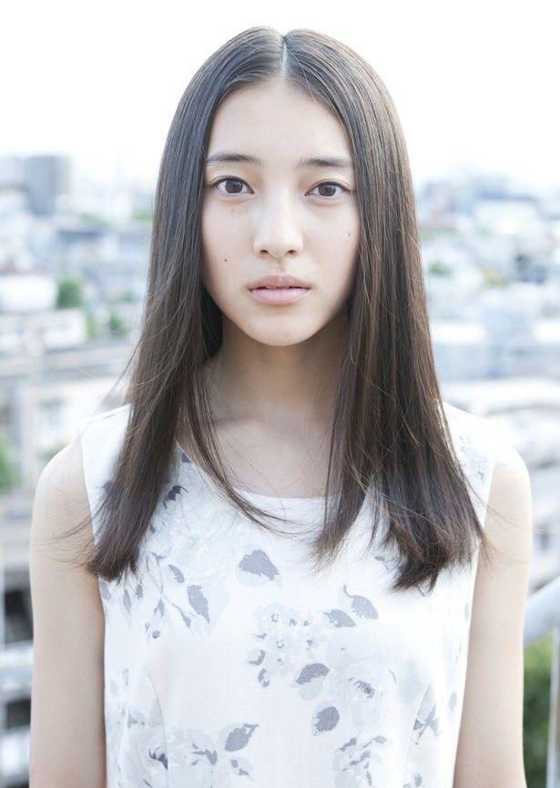 【写真を見る】北海道出身の白い肌が印象的な久保田紗友