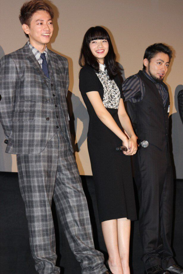 【写真を見る】シックな装いの小松菜奈、全身ショットはこちら