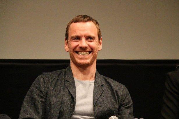 以前ジョブズ役を演じた「アシュトン・カッチャーを研究した」と冗談(?)で笑わせるファスベンダー