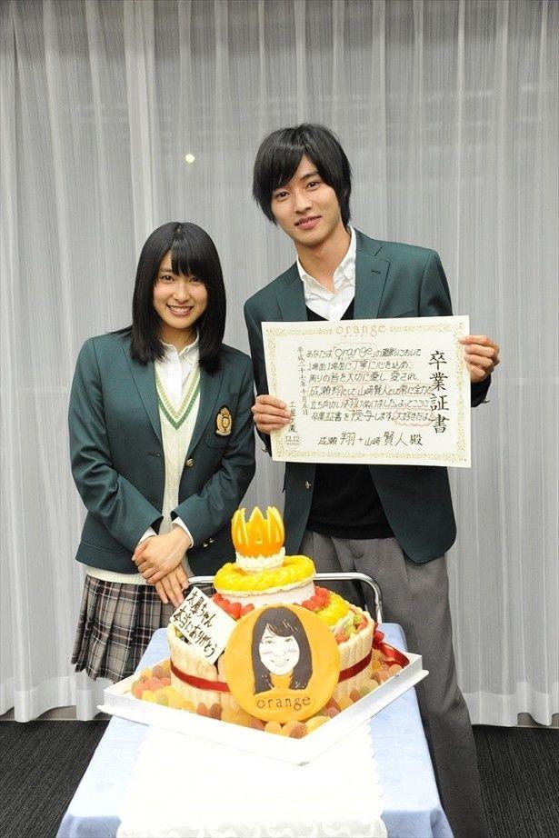 サプライズのケーキと卒業証書を前に笑顔の土屋&山崎