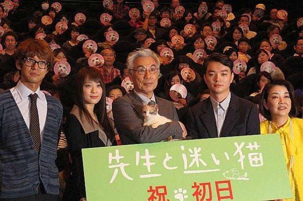 『太陽』以来、9年ぶりの主演となるイッセー尾形の最新作『先生と迷い猫』の初日舞台挨拶が開催された