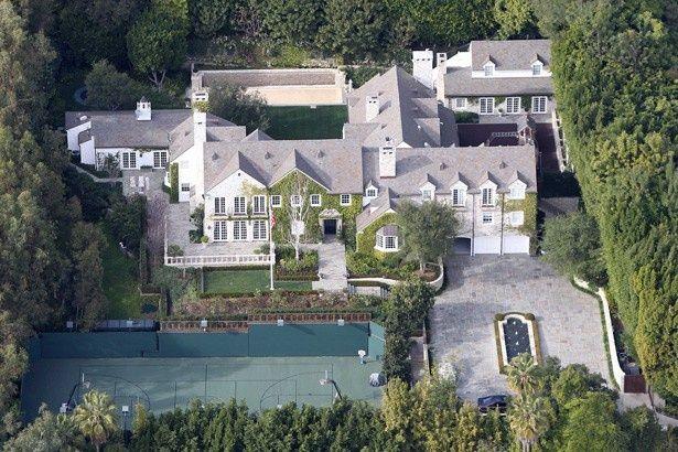 【写真を見る】現在売りに出されているというビバリー・ヒルズの豪邸