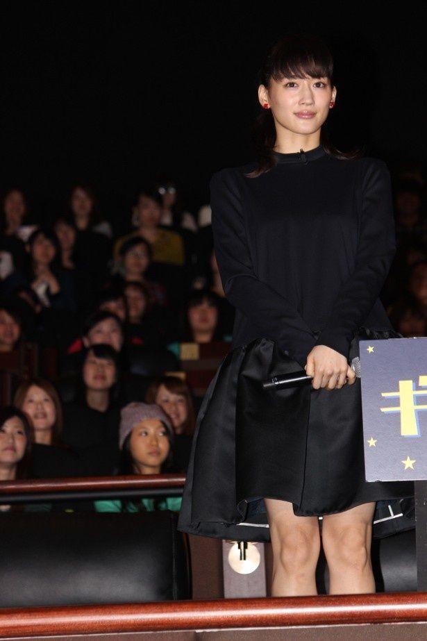 【写真を見る】綾瀬はるかはミニスカートで健康的な美脚を披露