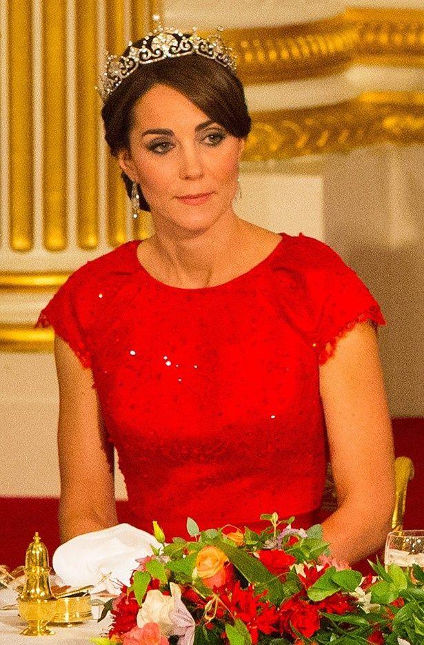 真っ赤なドレス姿で晩餐会に登場したキャサリン妃