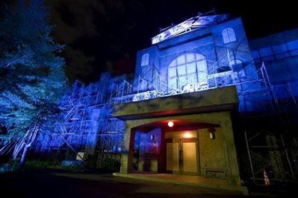 富士急ハイランドの「戦慄迷宮」の外観。怖そう……