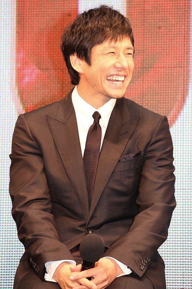 隣のビートたけしの過激なジョークに、西島秀俊は終始笑顔!