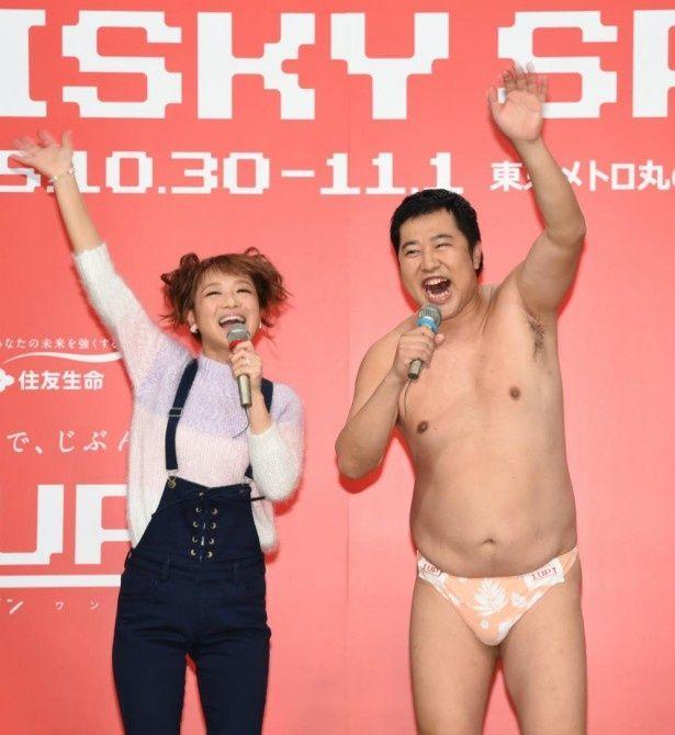 住友生命「Risky Spot」PR発表会に登場した(左から)鈴木奈々、とにかく明るい安村