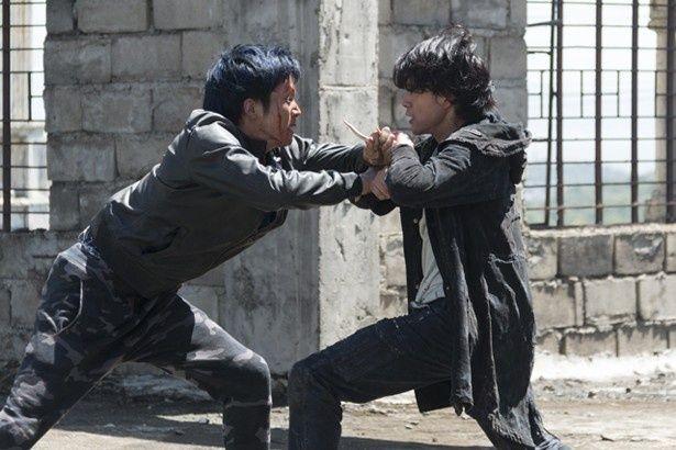 池松壮亮&松坂桃李が、超絶アクションで死闘を繰り広げる
