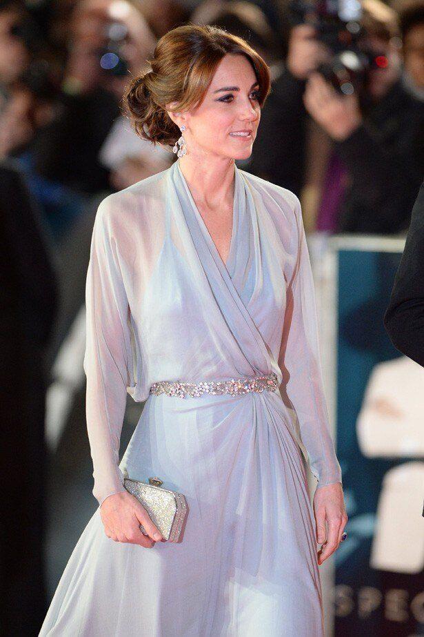 淡いブルーのロングドレスを着て『007 スペクター』のプレミアに登場したキャサリン妃