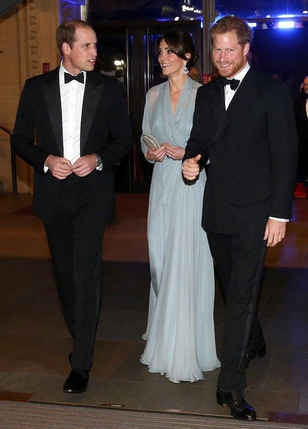 『007 スペクター』のワールドプレミアに参加したウィリアム王子とキャサリン妃、ヘンリー王子