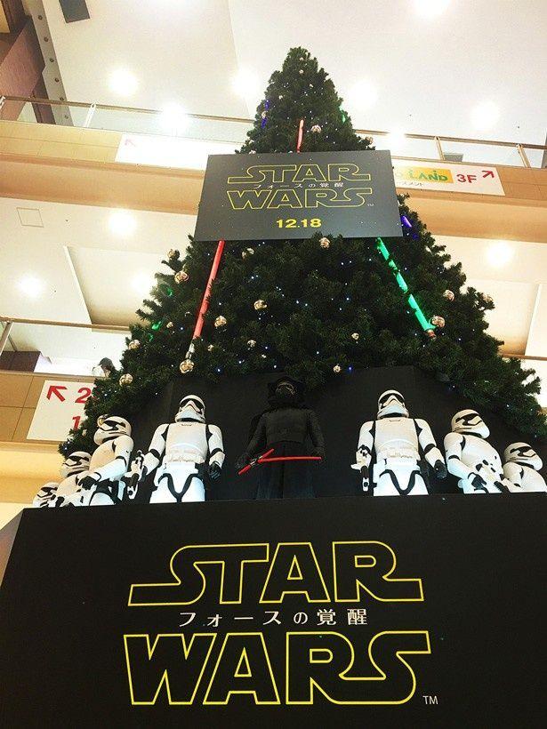 『スター・ウォーズ』の世界観で装飾されたオリジナルツリーは、12月25日(金)まで飾られる