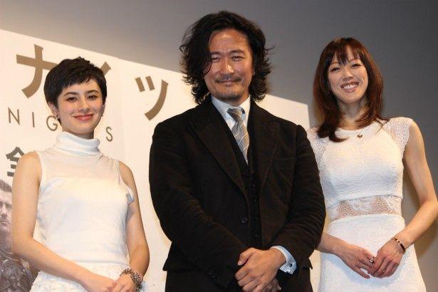 『ラスト・ナイツ』の紀里谷和明監督、両手に花で笑顔