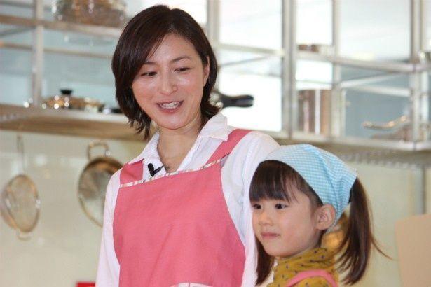 【写真を見る】母親の柔和な表情で子役を見る広末涼子
