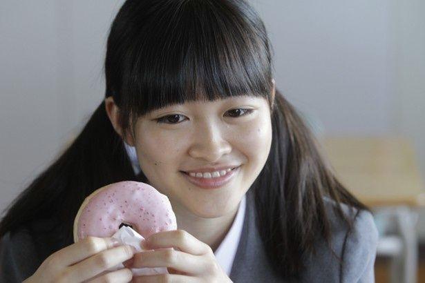 【写真を見る】「Seventeen」専属モデルの藤麻理亜。『通学シリーズ 通学電車』、『通学シリーズ 通学途中』で映画初挑戦