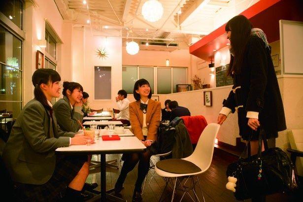カフェで友だちとお茶をするチカ(藤)。女子高生の等身大の姿を堂々と演じた