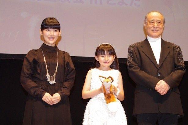 舞台挨拶に登壇した(左から)福田彩乃、鈴木梨央、津川雅彦
