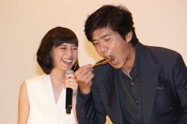 本田翼の手作りのザンギを食べる佐藤浩市