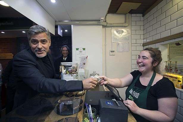 元ホームレスの人々が働くスコットランドのサンドウィッチ店を訪れたジョージ・クルーニー