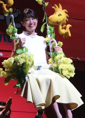 前田敦子、ゴンドラで登場し、スヌーピーと熱烈ハグ
