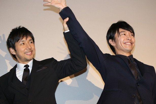 西島秀俊と長谷川博己が舞台挨拶に登場!ファンは大熱狂