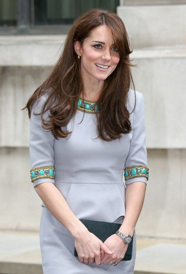 グリーンのジュエリーがあしらわれたグレーのドレスで現れたキャサリン妃