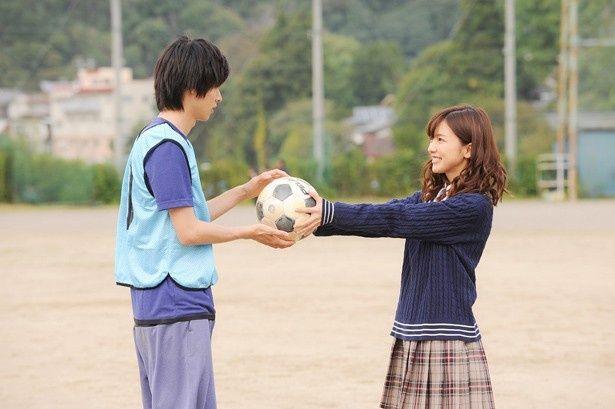 【写真を見る】山崎賢人&真野恵里菜の2ショットカット。サッカーボールを渡す仕草も可愛い!