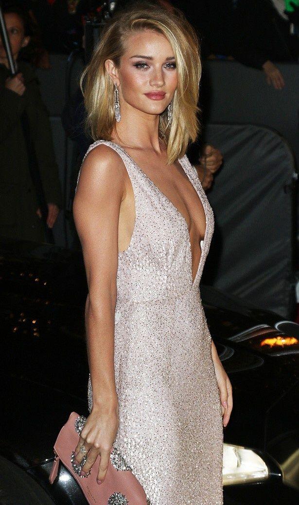 大胆なプランジネックのドレスでブリティッシュ・ファッション・アウォード授賞式に出席したロージー・ハンティントン=ホワイトリー