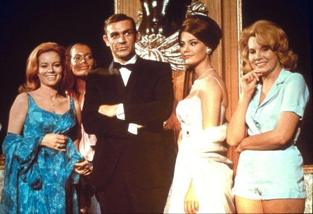 写真右から2番目が『007/サンダーボール作戦』のドミノ(クロディーヌ・オージェ)