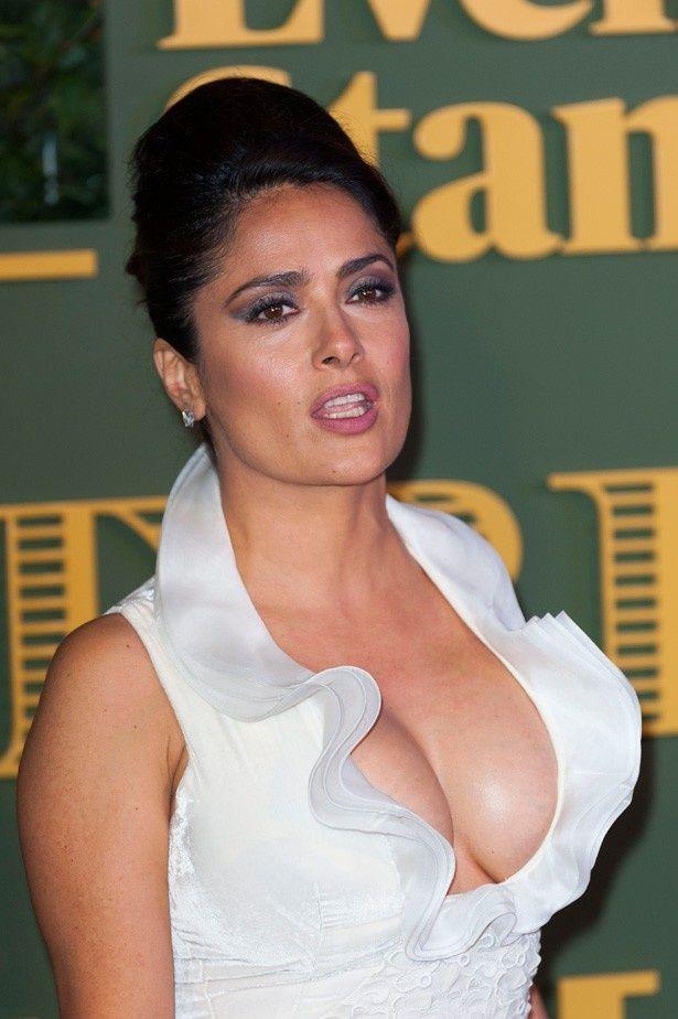 【写真を見る】爆乳を見せつけるようなドレスで登場したサルマ・ハエック