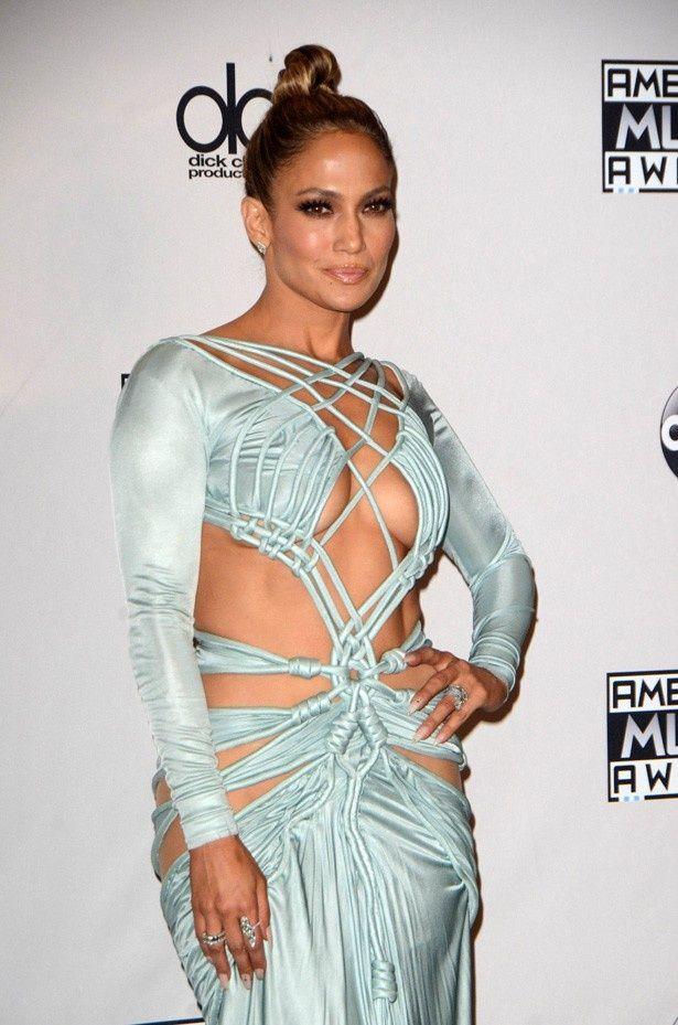 胸だけでなく腰やお尻まで見えるドレスで登場したジェニファー・ロペス