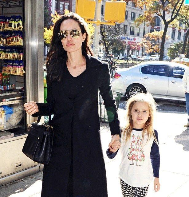 娘のヴィヴィアンと歩くアンジェリーナ・ジョリー
