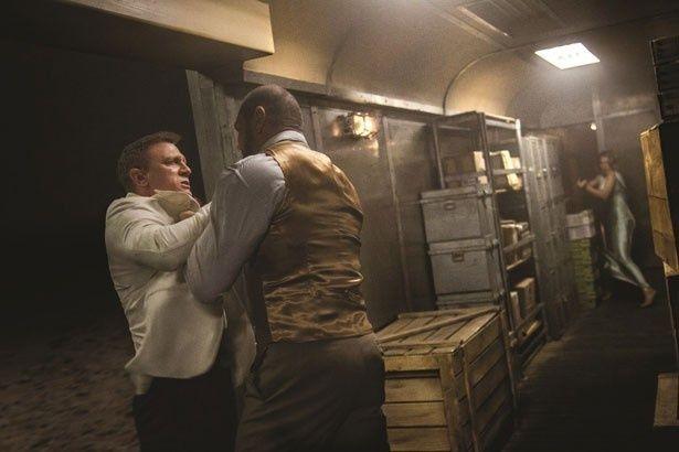 ボンド(ダニエル・クレイグ)とヒンクス(デイヴ・バウティスタ)が列車内で対決!