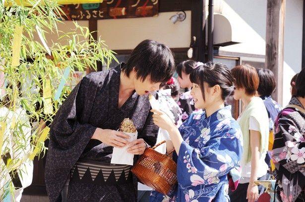 【写真を見る】土屋太鳳&山崎賢人が浴衣姿でたい焼きを食べさせ合う!