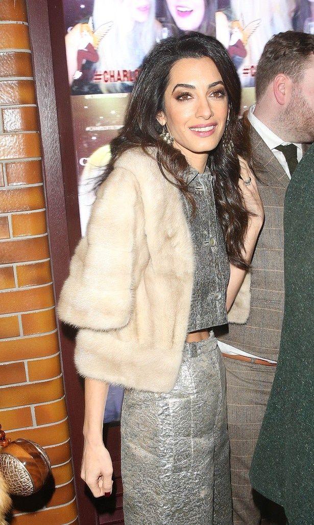 メタリックドレスとファーのコートで登場したアマル・クルーニー
